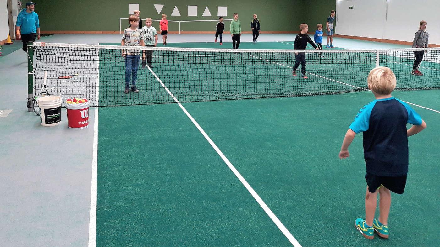"""Koordination """"mit Abstand"""" in der Tennishalle"""