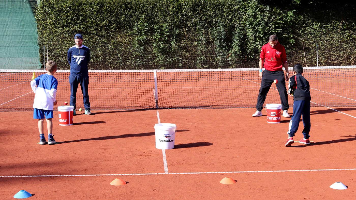 2 Kids beim Tennis-Biathlon