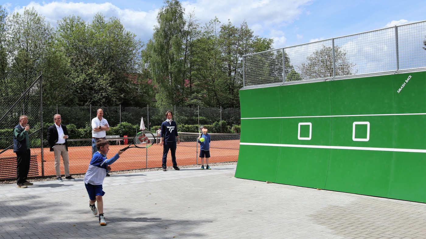 Offizielle Einweihung der Tennis-Ballwand am 24.05.21  2. v.l.: Dr. Frank Intert, Präsident des Tennisverbandes Schleswig