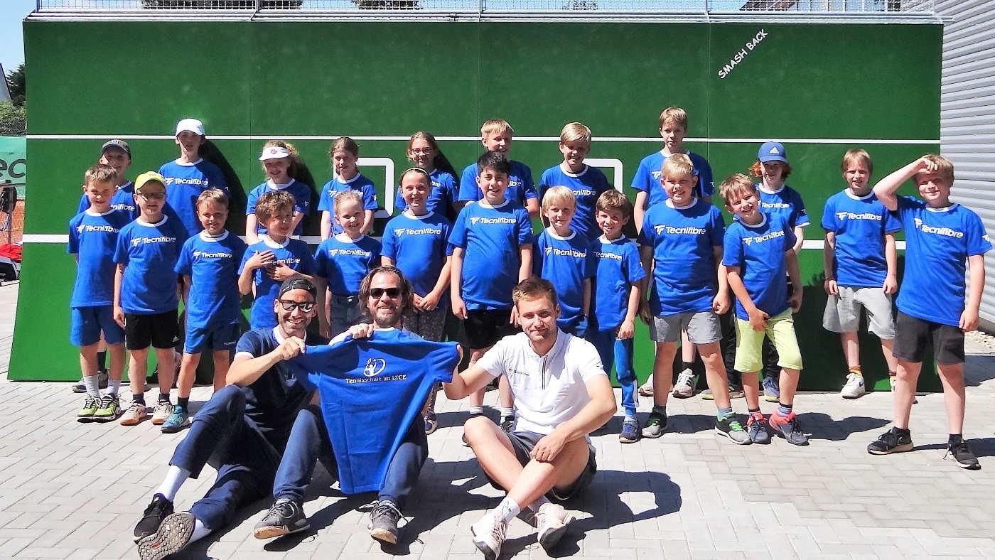 Tenniskids des LTCE mit Camp-Shirt Vorne v. l. Nico, Martin u. Tobi